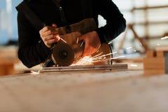 Fabrieksarbeider scherp metaal met vele scherpe vonken Selectienadruk aan snijmachine Copyspace stock afbeelding