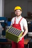 Fabrieksarbeider tijdens het werk royalty-vrije stock afbeeldingen