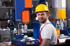 Fabrieksarbeider tijdens het werk Stock Afbeeldingen