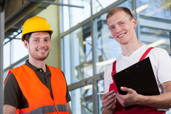Fabrieksarbeiders en de projectleider royalty-vrije stock afbeelding