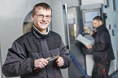 Fabrieksarbeiders op hulpmiddelworkshop stock afbeelding