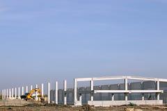 Fabrieksbouwwerf met graafwerktuig Royalty-vrije Stock Afbeeldingen