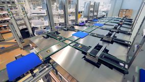 Fabrieksfaciliteit met zonnemodulecellen die langs de transportband worden bewogen - het concept van de Innovatietechnologie
