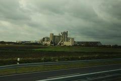 Fabrieksgebouwen voor een onweersbui stock afbeelding