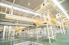 Fabrieksmateriaal. het binnen Industriële transportbandlijn vervoeren Stock Foto's