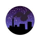 Fabriekspijp met rook bij nacht Stock Foto's