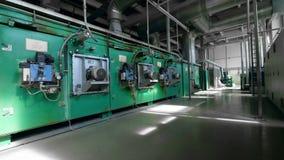 Fabrieksruimte met vele industriële machines stock footage