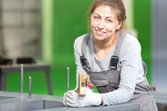 Fabrieksvrouwelijke werknemer tijdens de magnetische kern van de machtstransformator het assembleren stock fotografie