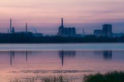 Fabrik über einem Fluss hinaus Stockbild