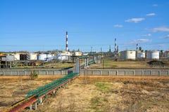 Fabrik auf Ölraffinieren und Produktion des Benzins lizenzfreie stockfotografie