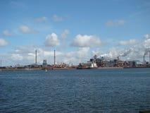 Fabrik auf dem Meer Lizenzfreies Stockbild