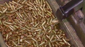 Fabrik av ammunitionar, kulor för gevär lager videofilmer