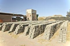 Fabrik av lerastentegelsten i Egypten royaltyfri fotografi
