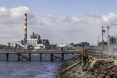 Fabrik-Bezirk auf Hafen Stockfotos