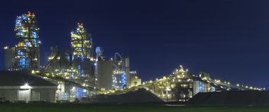 Fabrik/Chemiefabrik nachts Stockfoto
