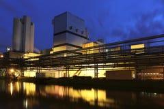 Fabrik an der Dämmerung Lizenzfreies Stockbild