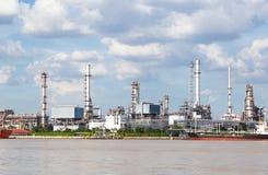 Fabrik der Gasanlage im Fluss Stockfotografie