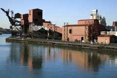Fabrik durch den Fluss Stockfotografie