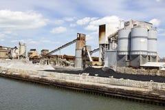 Fabrik durch den Fluss Lizenzfreies Stockfoto