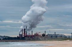 Fabrik entlädt Dampf am Nachmittag Stockbild