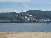 Fabrik för ENCE-trämassaträ i Pontevedra, Spanien royaltyfri fotografi