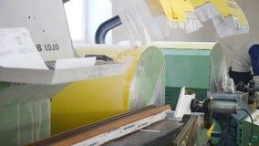 Fabrik för PVC-fönster- och dörrproduktion Arbetare i seminarium Fabriks- jobb Fabriksarbete på produktionen av lager videofilmer