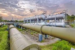 Fabrik för raffinaderi för fossila bränslenbransch på solnedgången arkivfoto