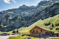 Fabrik för schweizisk ost på det Saentis berget Arkivfoto