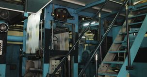 Fabrik för tryckväxt Tidning som skrivar ut på en växt Tidning som skrivs ut på en maskin för printinghus stock video