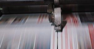 Fabrik för tryckväxt Tidning som skrivar ut på en växt Tidning som skrivs ut på en maskin för printinghus close upp lager videofilmer