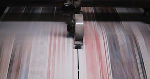 Fabrik för tryckväxt Tidning som skrivar ut på en växt Tidning som skrivs ut på en maskin för printinghus close upp stock video