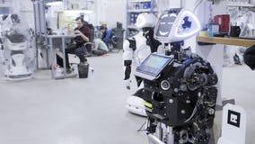 Fabrik für die Produktion von Robotern Der Roboter ist auseinandergebaut wert und lächelt stock video
