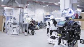 Fabrik für die Produktion von Robotern Der Roboter ist auseinandergebaut wert und lächelt stock footage