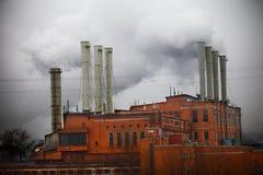 Fabrik i mitten av staden arkivbilder