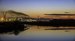 Fabrik i solnedgång Arkivbild