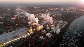 Fabrik i strålarna av stigningssolen Sikt för öga för fågel` s ekologisk miljöfotoförorening för kris royaltyfri foto
