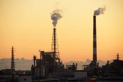 Fabrik im Sonnenuntergang Lizenzfreie Stockbilder