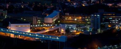 Fabrik/Industrie nachts Lizenzfreie Stockfotos