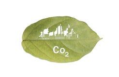 Fabrik industriell und CO2-Text auf dem grünen Blatt lokalisiert auf Weiß lizenzfreies stockbild
