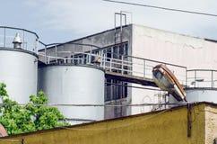 Fabrik med högväxta tankfartyg Fotografering för Bildbyråer