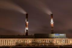 Fabrik mit zwei Schornstein nachts Stockfotografie