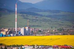 Fabrik Mondi i staden Ruzomberok, Slovakien Arkivfoton