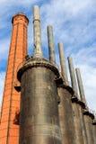 Fabrik mot den nätt skyen Royaltyfria Bilder
