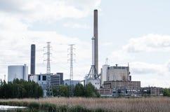 Fabrik nära sjön arkivbilder