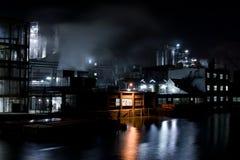 Fabrik nachts Lizenzfreie Stockbilder