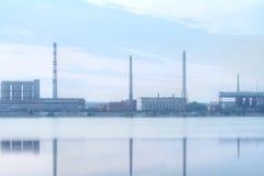 Fabrik och en flod Arkivbilder