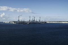 Fabrik på det blåa havet arkivfoto