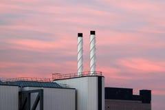 Fabrik på solnedgången Arkivbild