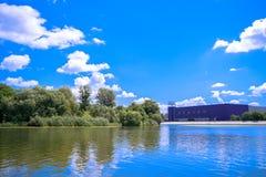 Fabrik Roshen in Vinnitsa durch den See lizenzfreies stockfoto