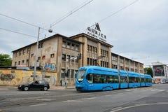 Fabrik som bygger Gorica och den blåa spårvagnen Royaltyfri Bild